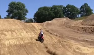 Vídeo MXON: O novo triplo salto da pista de Ernée! thumbnail