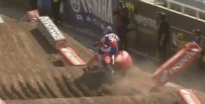 "Vídeo AMA Supercross, SLC1: A ""quase queda"" que podia ter acabado com a época de Roczen thumbnail"