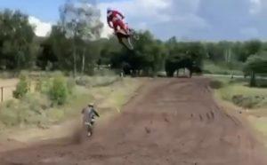 Vídeo Motocross: Simon Langenfelder sem medo de voar na areia! thumbnail