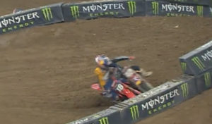Vídeo AMA Supercross 250, Houston 3: O blockpass de Lawrence a Mosiman thumbnail