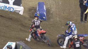 Vídeo AMA Supercross 250, Indianapolis 3: A acesa luta entre Lawrence e Nichols thumbnail